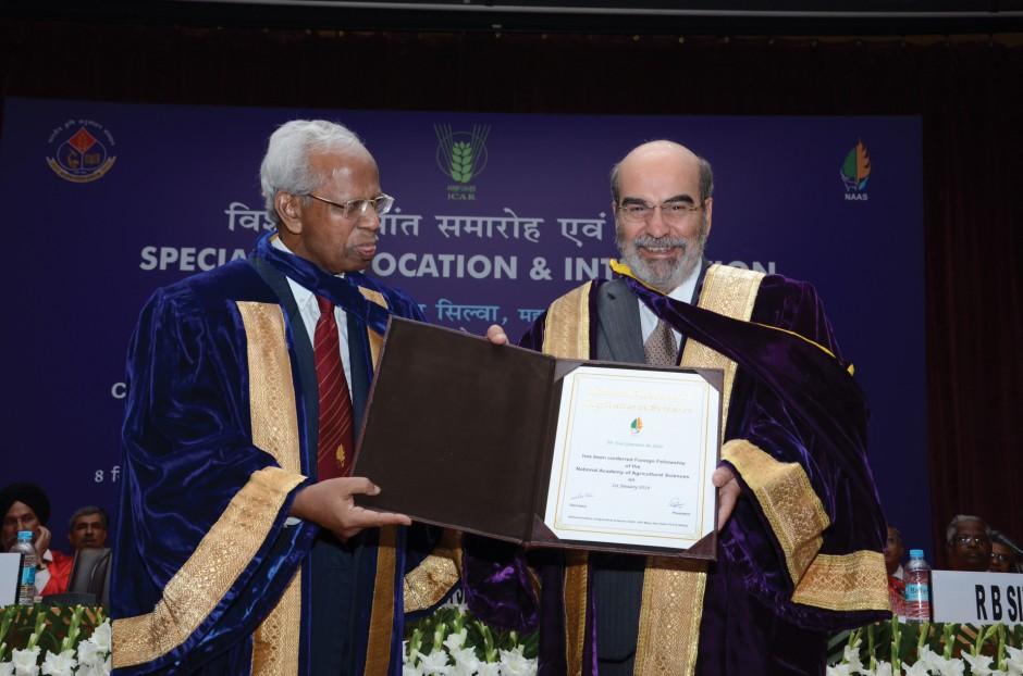José Graziano da Silva receives his fellowship  |  Photo: FAO